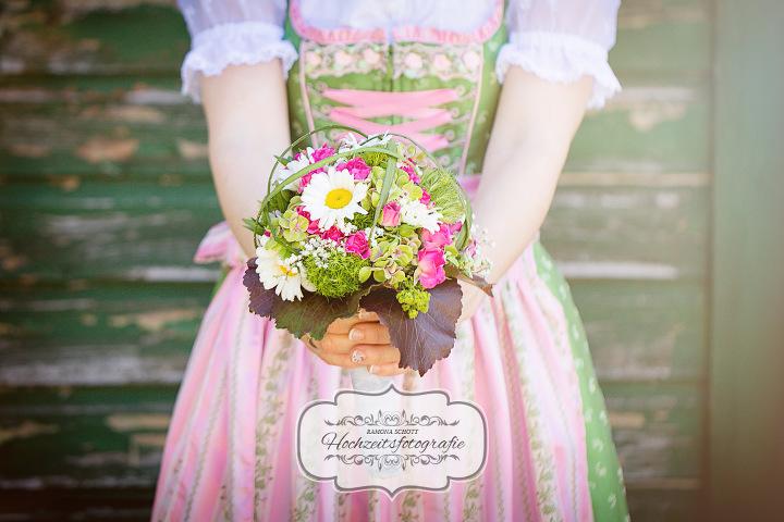 Brautstrauß beim Brautpaarshooting in Holzheim bei Dillingen fotografiert von Ramona Schott